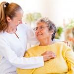 אישה חולת אלציימר מקבלת טיפול