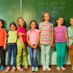תלמידים עומדים ליד הלוח בבית הספר