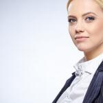אשה שלובשת בגדי עבודה