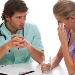 אשה עם קשיים נפשיים בטיפול אצל פסיכיאטר