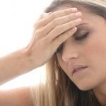 אשה שסובלת מדלקת המוח מחזיקה את הראש