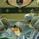 צוות רפואי עוסק בתהליך של ניתוח לב פתוח