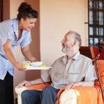 אדם קשיש שמקבל סיוע בביתו