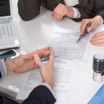 אנשים יושבים ליד שולחן ודנים בחוק הגנת השכר